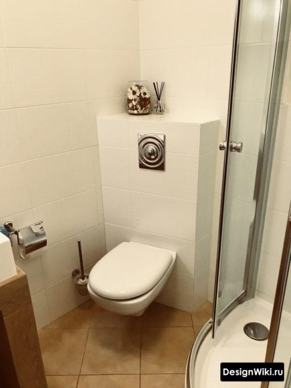 Выделение инсталляции в ванной плиткой