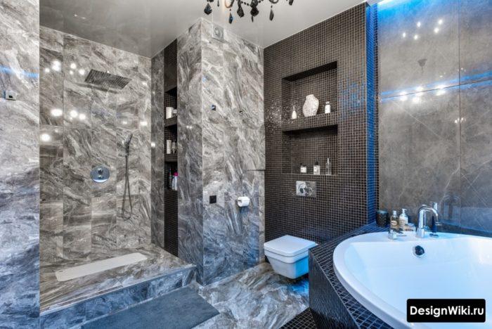 Глянцевый натяжной потолок в дорогой ванной комнате