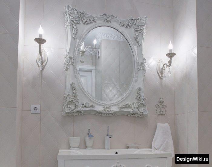 Зеркало в резной белой рамке