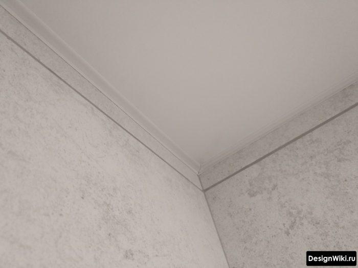 Как выглядит натяжной потолок на углах