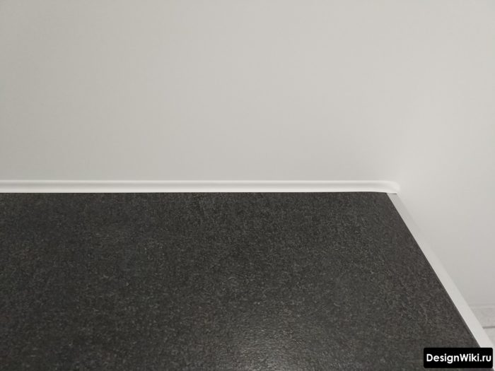 Кант натяжного потолка в ванной комнате