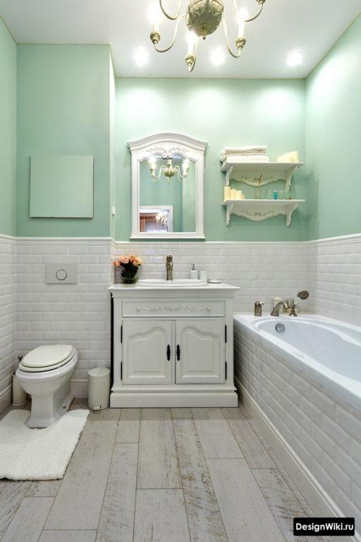 Классический интерьер ванной с разделением стены по горизонтали