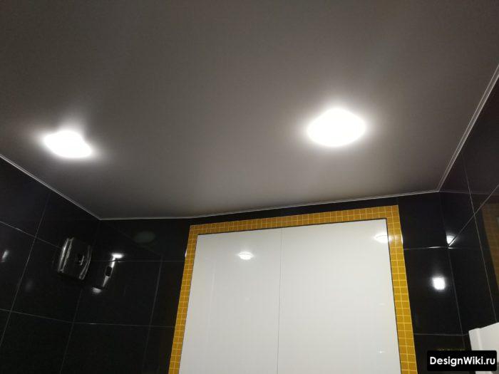 Матовый или глянцевый натяжной потолок в ванной комнате