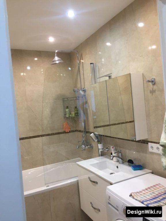 Матовый потолок при глянцевой плитке в ванной