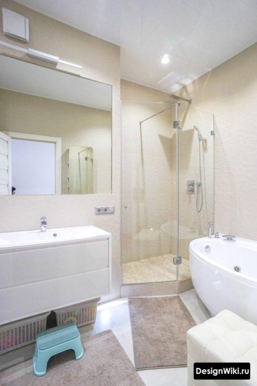 Натяжной потолок в ванной комнате с душем