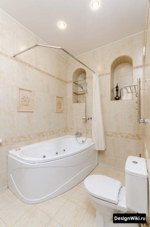 Натяжной потолок в классической ванной комнате