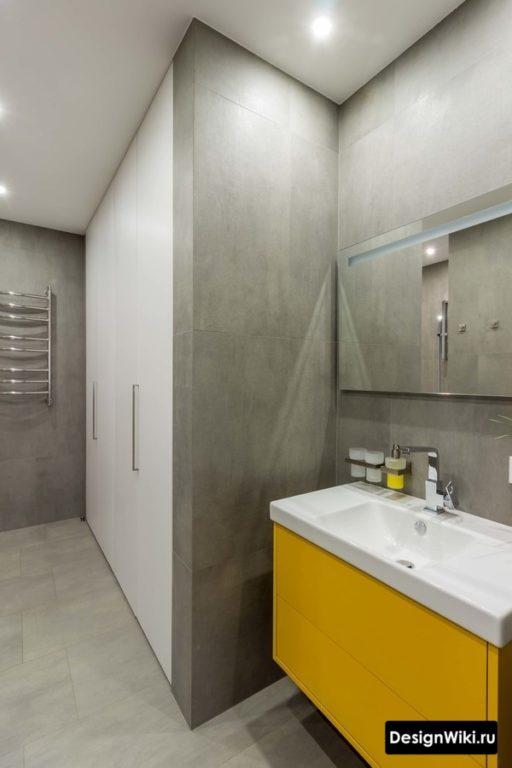 Натяжной потолок в современной ванной комнате