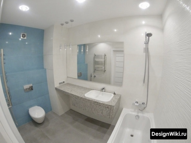 Отделка ванной голубой и белой плиткой