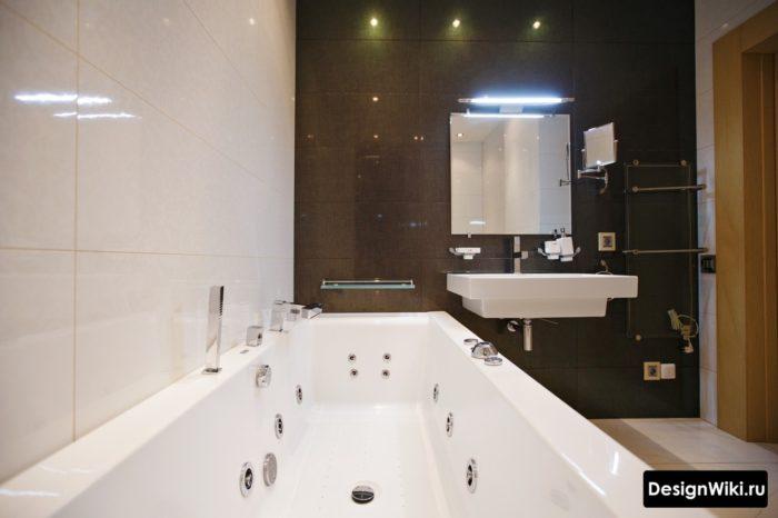Отделка ванной двумя видами плитки