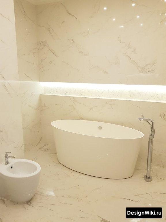 Отделка всей ванной комнаты плиткой под мрамор