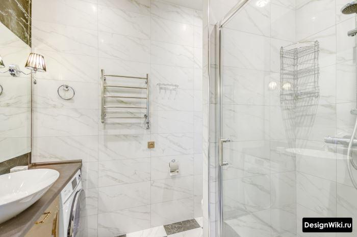 Отделка стены ванной кафелем с имитацией мрамора