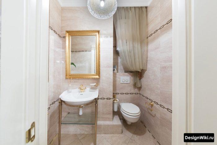 Подвесной унитаз с инсталляцией в классическом интерьере ванной