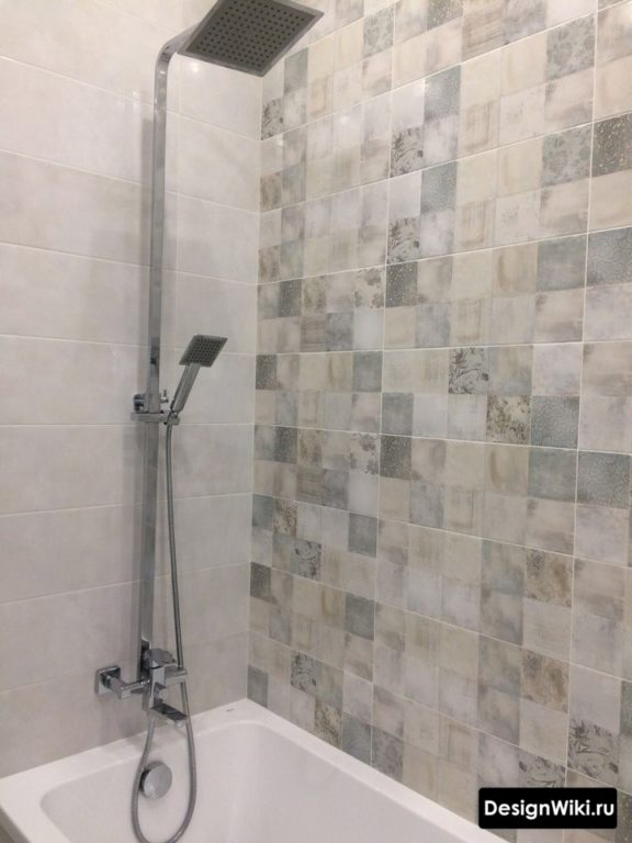 Раскладка одного варианта плитки на всей стене ванной