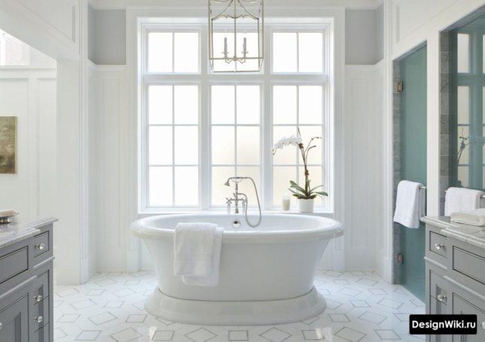 Серая мебель в сочетании с белым и голубым в ванной в стиле прованс