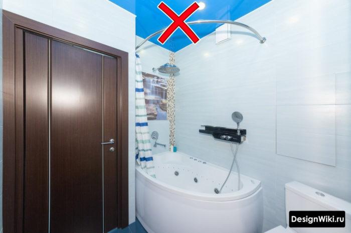 Синий натяжной потолок в ванной комнате