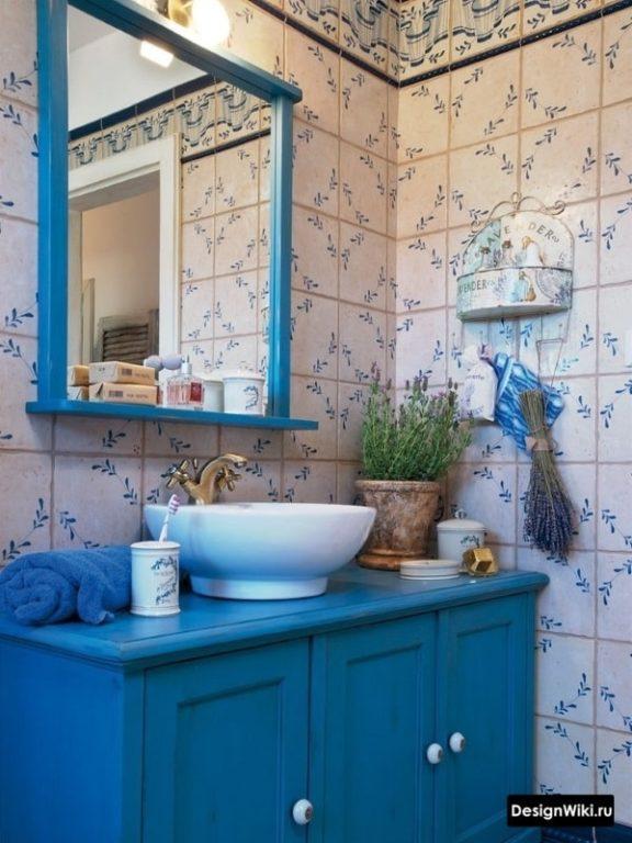 Синяя мебель в ванной в стиле шебби шик