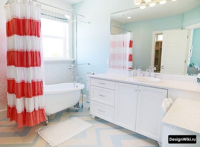 Сочетание бирюзового и красного в ванной в классическом стиле