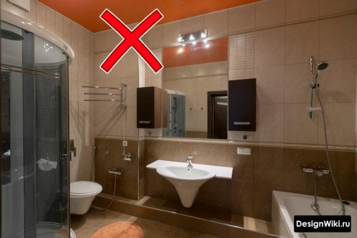 Цветной красный натяжной потолок в ванной комнате