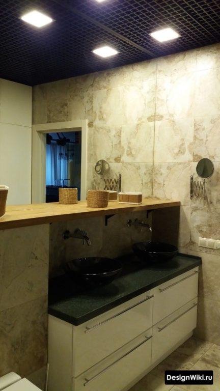 Черный потолок грильято в ванной комнате