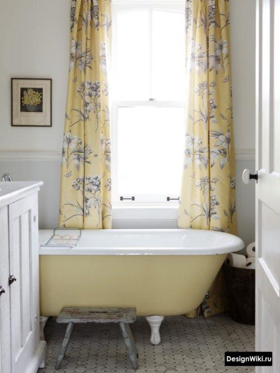 Шторы с цветами в ванной в стиле прованс