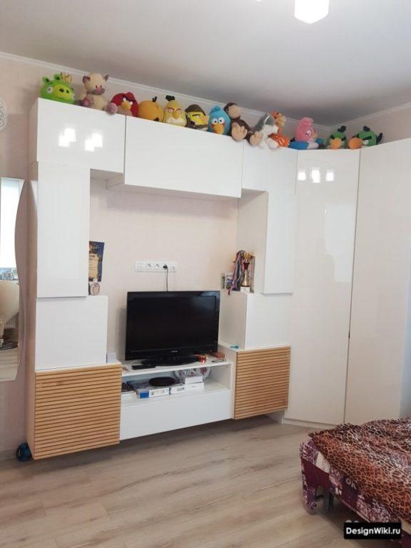 Белая глянцевая мебель в комнате для девочки-подростка
