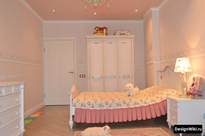 Белая мебель и пастельный розовый цвет в комнте девочки-подростка