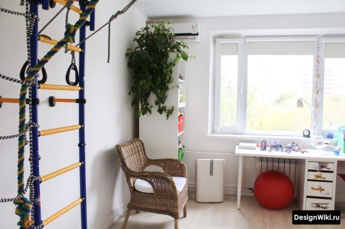 Белая мебель и турник в комнате мальчика 13 лет