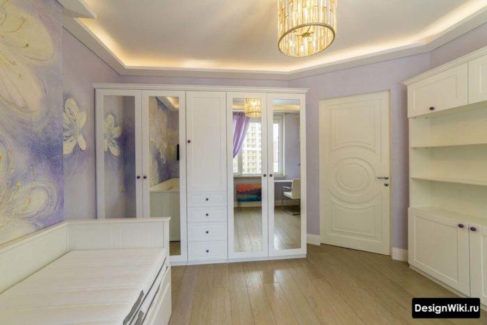 Белая мебель и фиолетовые обои для девочки-подростка
