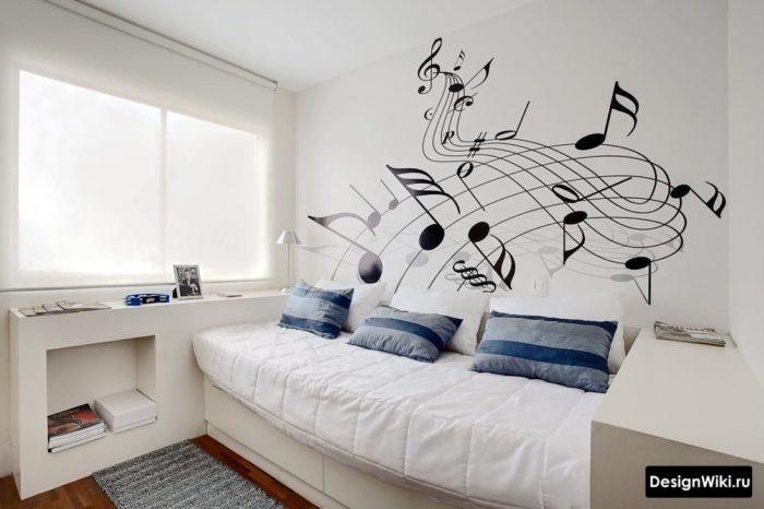 Белые стены и мебель в комнате подростка
