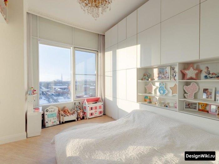 Белый шкаф-стенка до потолка за кровать в спальне девочки-подростка