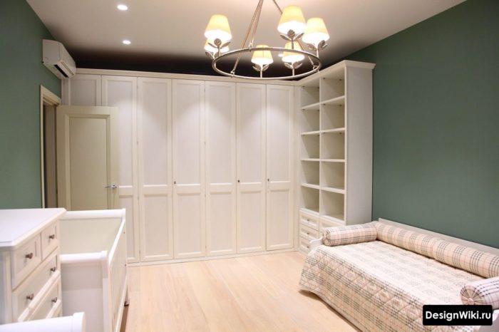 Большой шкаф-гардероб до потолка в комнате для девочки подростка