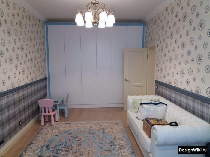 Встроенный шкаф с распашными дверцами в комнате подростка девочки
