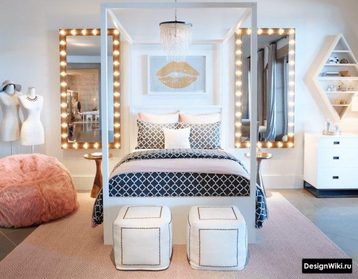 Гримерное зеркало с лампами в комнате девочки-подростка