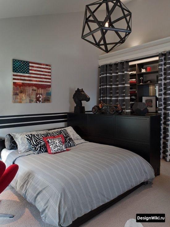 Двуспальная кровать в комнате мальчика-подростка 17 лет