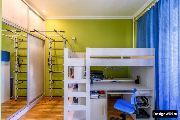 Двухуровневая кровать, стол, турник и шкаф в комнате-подростка