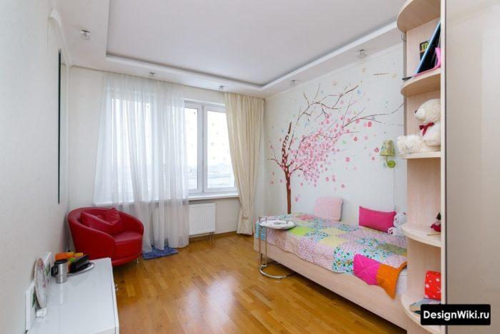 Декор из наклеек в форме дерева в комнате подростка девочки