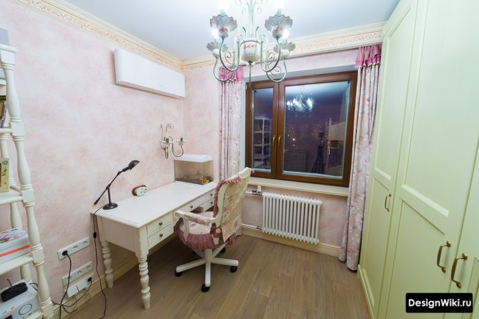 Комната для девочки подростка с рабочей зоной у окна