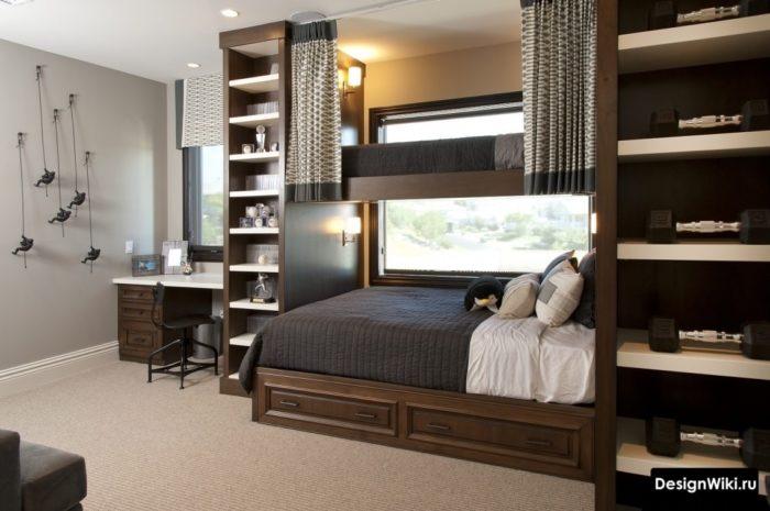 Коричневая мебель и кровать на 2 уровне в комнате юноши