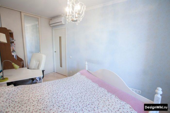 Кровать, стол и шкаф в комнате подростка девочки