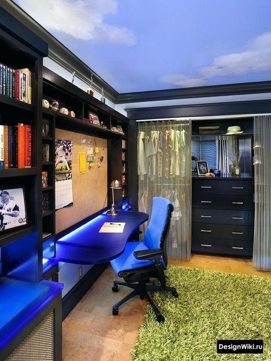 Неоновая синяя подсветка в комнате молодого парня 16 лет