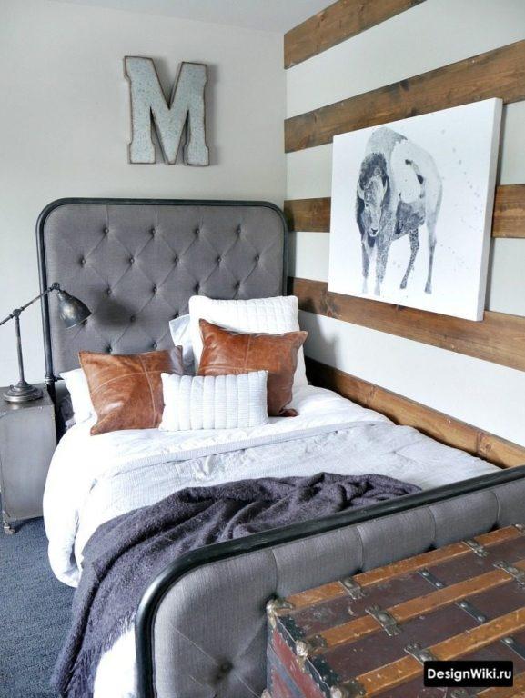 Полуторная кровать в интерьере комнаты для молодого человека