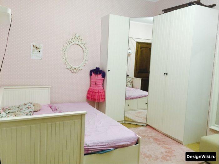 Розовые обои и белая мебель для девочки-подростка