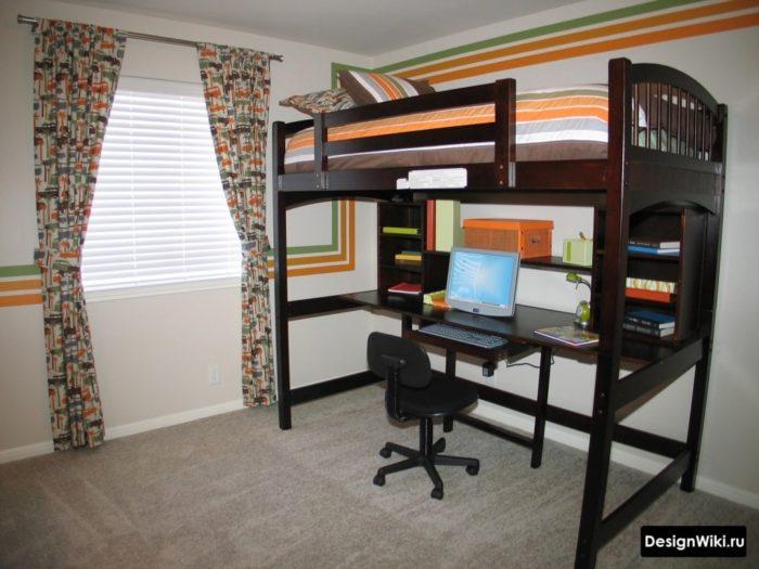Стол плюс кровать сверху в комнате подростка