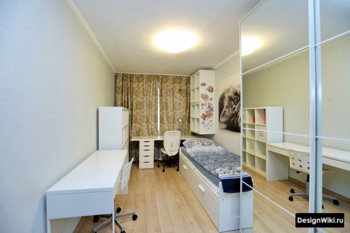 Узкая комната подростка-девочки с рабочей зоной у окна и кроватью с ящиками