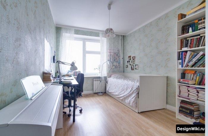 Узкая комната подростка девочки с фортепьяно
