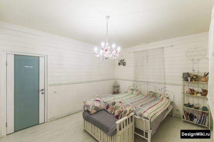 Уютная спальня для девочки-подростка в светлых тонах