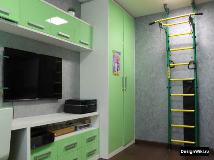 Шведская стенка с турником в комнате мальчика-подростка