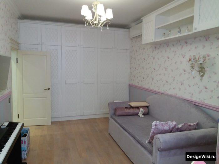 Шкаф до потолка возле двери в комнате подростка-девочки