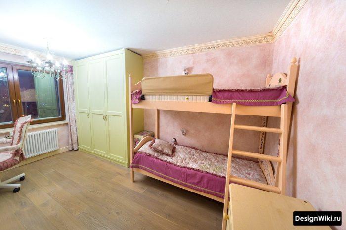 Шкаф до потолка в комнате двух девочек старшеклассниц