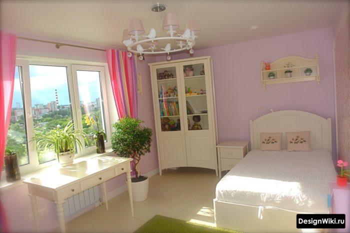 Яркие занавески в комнате подростка-девочки